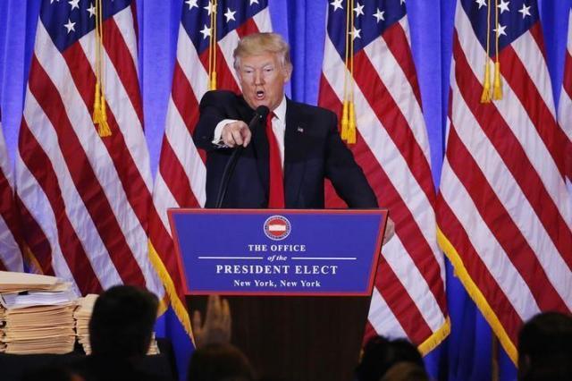 会見場で記者を指さすトランプ氏=2017年1月11日、ロイター