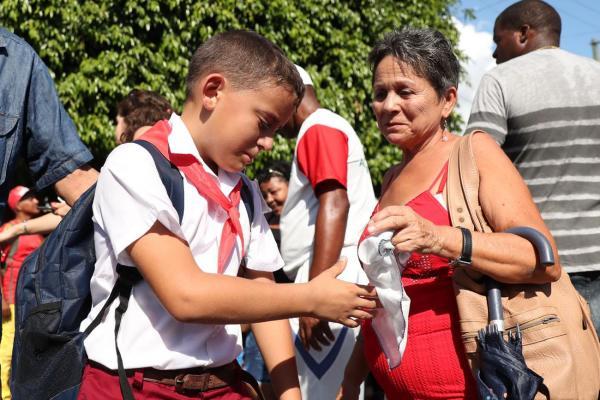 沿道で涙を見せる男の子=2016年12月3日、サンティアゴデクーバ