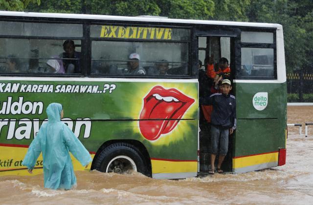 洪水のなかを通過するインドネシアのバス=2016年2月、ジャカルタ