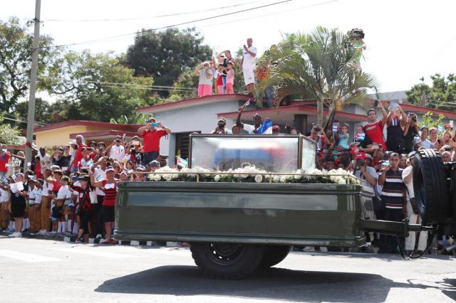 遺灰を乗せたキャラバンが、大勢の市民が見守るなか進んだ=2016年12月3日、サンティアゴデクーバ