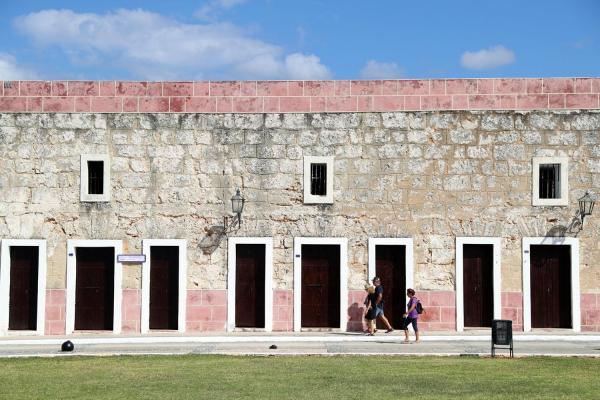 観光地・カバーニャ要塞は、多くの店が閉まっていた=2016年11月30日、ハバナ