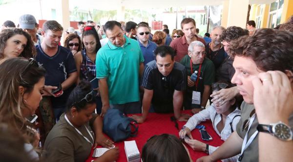 追悼集会の取材許可を求め、各国から大勢の報道陣が詰めかけた=2016年12月3日、サンティアゴデクーバ