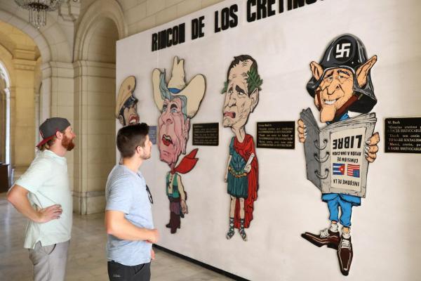 革命博物館に展示されている、ブッシュ親子ら歴代アメリカ大統領を皮肉る肖像画=2016年12月5日、ハバナ