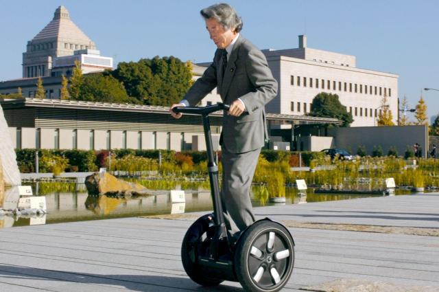 電動二輪車「セグウェイ」に乗って官邸に向かう小泉純一郎首相(当時)=2005年12月16日