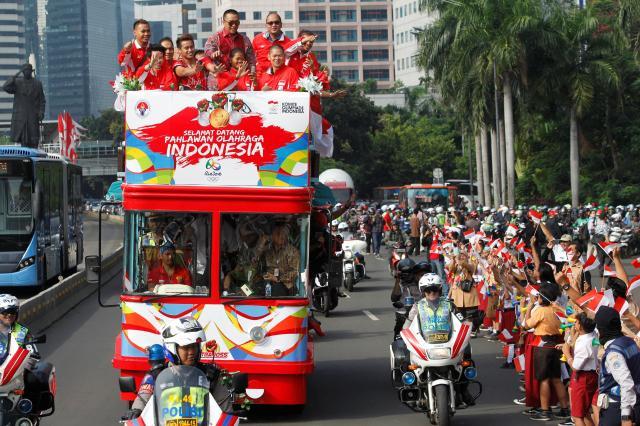 リオオリンピック、二階建てバスに乗っているインドネシアのメダリストたち=2016年8月、ジャカルタ