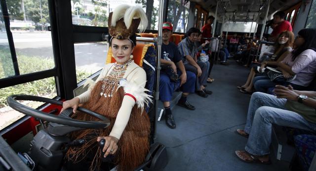 伝統の民族衣装を身にまとう女性のバスドライバー=2011年4月、ジャカルタ