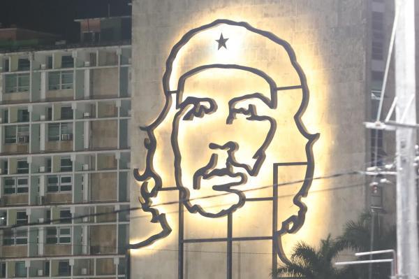 追悼集会が行われた革命広場をのぞむビルに浮かび上がった、革命家チェ・ゲバラの肖像画=2016年11月29日