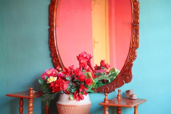 鮮やかに彩られた民宿の内装=2016年12月4日、サンティアゴデクーバ