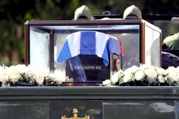 車で運ばれ、サンティアゴデクーバに到着したフィデル・カストロ前議長の遺灰=2016年12月3日