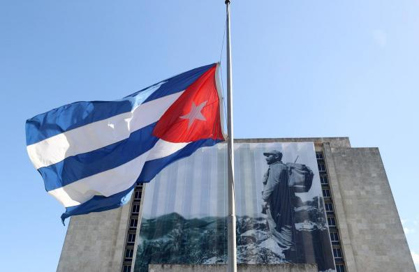 国立図書館前には半旗が掲げられていた=2016年11月29日、ハバナ