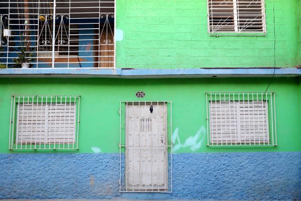 緑色が鮮やかな民宿の玄関口=2016年12月4日