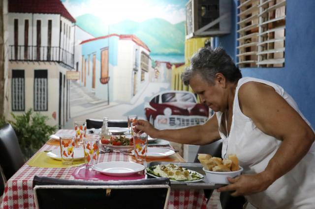 たどり着いたサンティアゴデクーバの民宿で、食事の用意をしてくれた女性オーナー=2016年12月2日