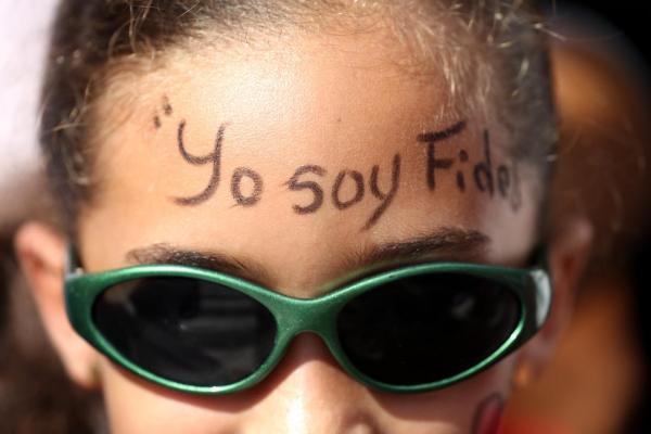 「私はフィデル」の文字を額に描いた女の子=2016年12月3日、サンティアゴデクーバ