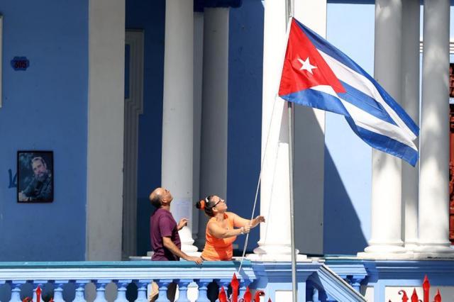 半旗を掲げるサンティアゴデクーバの市民=2016年12月3日