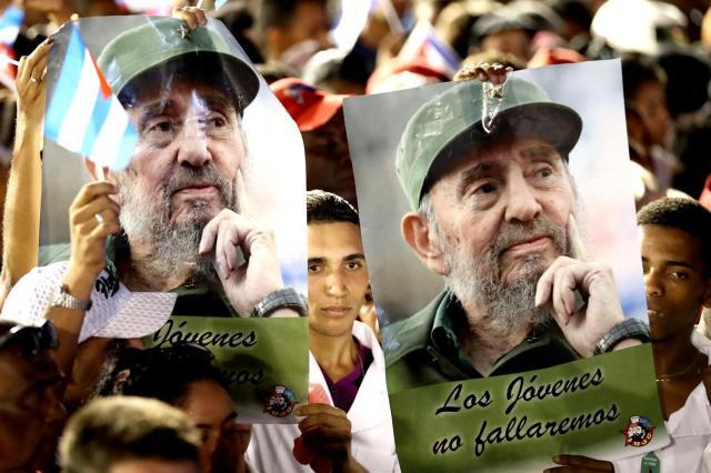 追悼集会でフィデル・カストロ前議長のポスターを掲げる市民=2016年12月3日、サンティアゴデクーバ