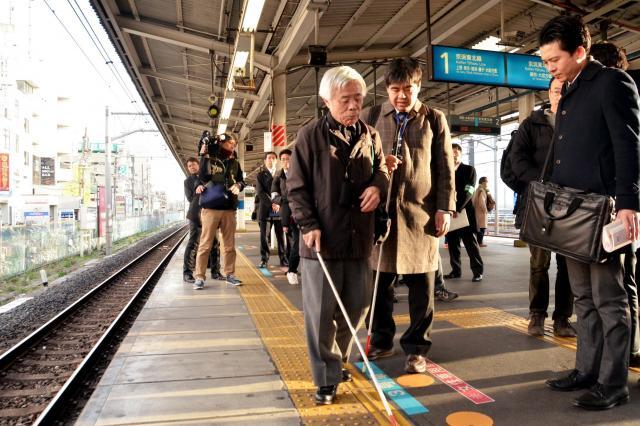 盲導犬を連れた男性が転落したJR蕨駅ホームを視察する日本盲人会連合の橋井正喜常務理事(左)ら=2017年1月18日