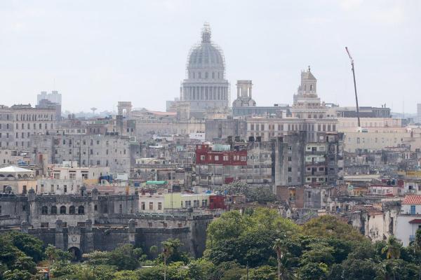 ハバナの市街地。奥は旧国会議事堂=2016年11月30日