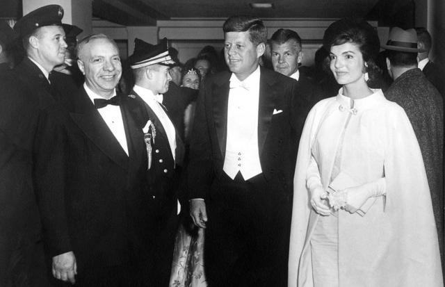 大統領就任式後の舞踏会でケネディ大統領とともに、エセル・フランカウのドレスを着て姿を見せるジャクリーン・ケネディさん=1961年