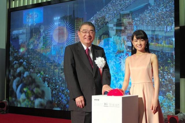 8K試験放送の開始ボタンを押す籾井勝人・NHK会長(左)と俳優の葵わかなさん=2016年8月1日、東京都渋谷区のNHK放送センター
