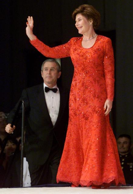 大統領就任式後の舞踏会で、真っ赤なドレス姿で登場したローラ・ブッシュさん=2001年