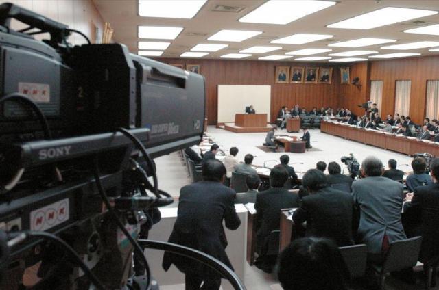NHK予算案を審議する衆院総務委員会を生中継するNHKのカメラ=2005年3月15日