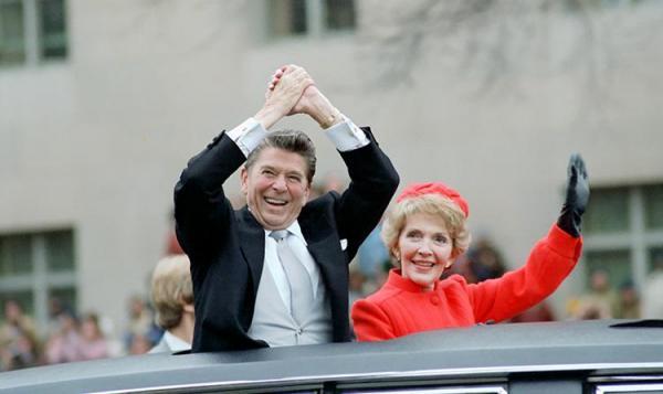 大統領就任式でのパレードで、レーガン大統領と並ぶナンシーさん=1981年