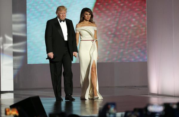 大統領就任式後の舞踏会では白いドレスで登場したメラニア夫人