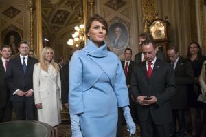 トランプ夫人、やはりボディコン風で就任式 歴代夫人はどんな装い?