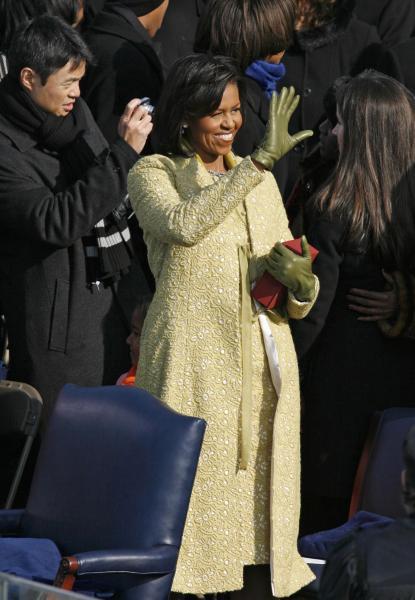 大統領就任式で、米デザイナーイザベル・トレドの服を着て手を振るミシェル・オバマさん=2009年