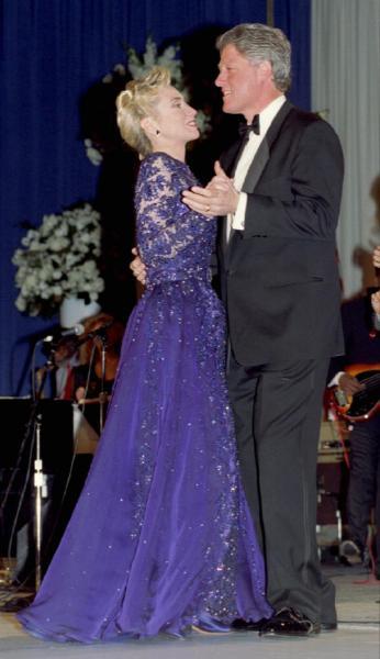 大統領就任式後の舞踏会でクリントン大統領と踊るヒラリー・クリントンさん=1993年