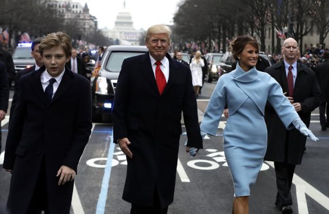 トランプ大統領と就任パレードに参加するメラニア夫人