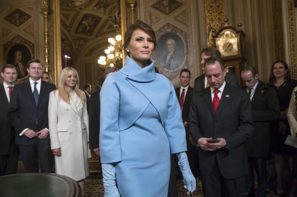 就任式があった米連邦議会を後にするメラニア大統領夫人
