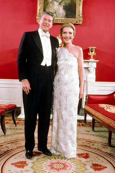 大統領就任式の舞踏会に参加する前、レーガン大統領と並ぶナンシーさん=1981年