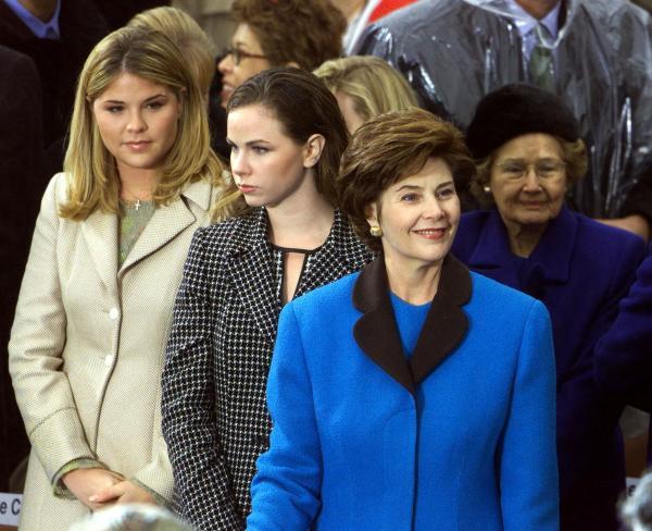 米大統領の就任式で、娘たちと並ぶローラ・ブッシュさん=2001年