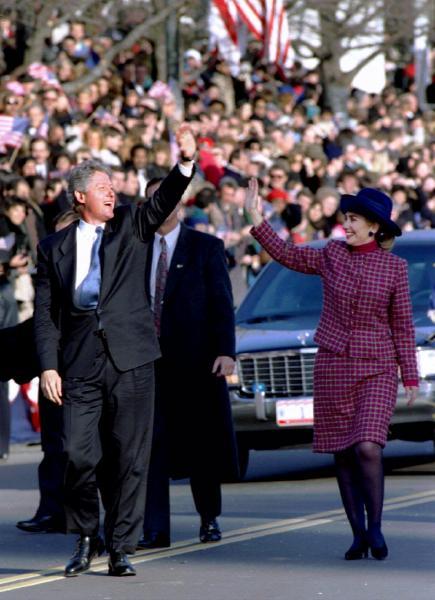 大統領就任のパレードで集まった観衆に手を振るヒラリー・クリントンさん=1993年