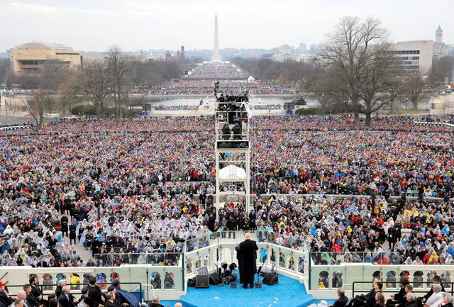 宣誓を終えて演説するトランプ大統領