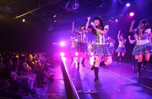 満員のJKT48専用劇場=2014年6月16日、インドネシア・ジャカルタ、葛谷晋吾撮影