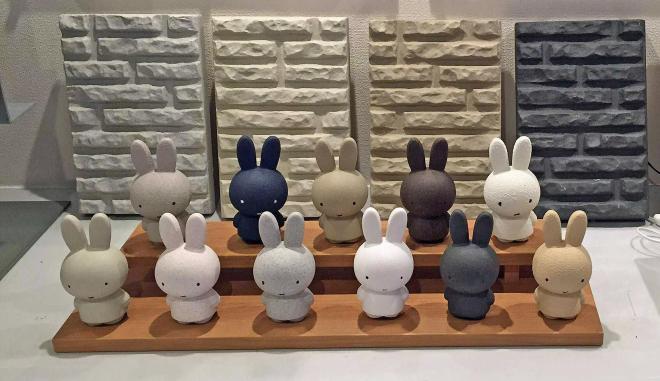 外壁のカラーサンプルと一緒に並んだミッフィー人形