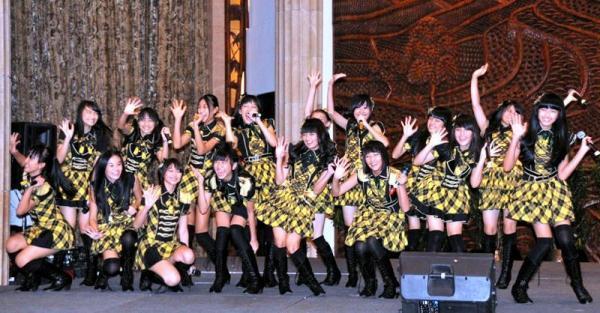 インドネシア語で「会いたかった」を歌うJKT48=2012年2月24日