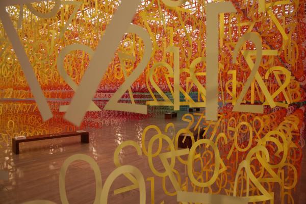 6万ピースの数字を使ったインスタレーション「数字の森」=国立新美術館、佐藤正人撮影