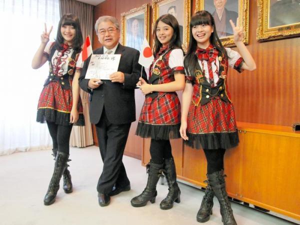 上田文雄市長を表敬訪問したJKT48のメンバー=2013年12月13日、札幌市役所