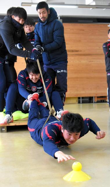 協力して乗っている板から約3㍍離れたボールを取る課題に挑む岡山の選手たち