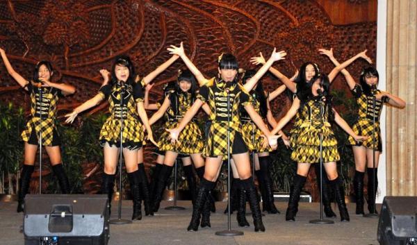 インドネシア語で「ヘビーローテーション」を歌うJKT48=2012年2月24日