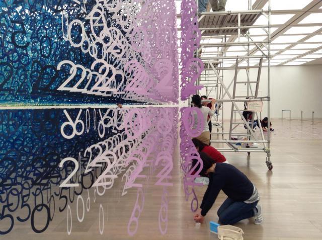 「数字の森」(エマニュエル・ムホー)の設営風景=国立新美術館提供