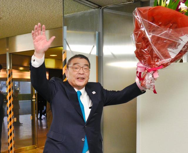 笑顔でNHKを後にする籾井勝人会長=東京・渋谷のNHK放送センター