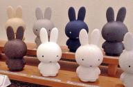 異なる色の11体が並んだミッフィー人形