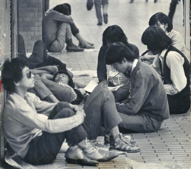 1968年の「フーテン族」。新宿で一日中路上に寝そべり、問題になった