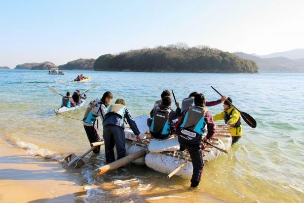 2015年のウィンターキャンプ。自分たちで作ったいかだで無人島から脱出する=ファジアーノ岡山提供