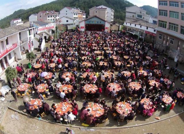春節を祝うため、村人が全員集まり食事をする=2016年2月、浙江省台州市