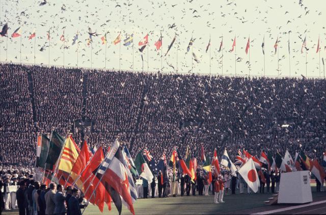 1964年の東京五輪開会式で放たれた約1万羽の鳩